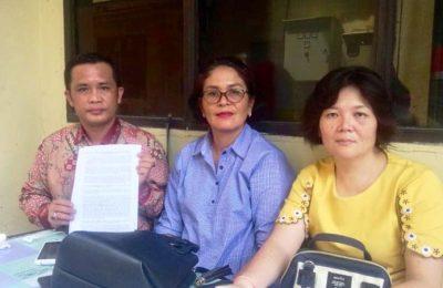 Itamari Lase bersama Meriani Zendrato dan Venny Gan di Mabes Polri, Kamis (4/4/2019). Mereka melaporkan kasus dugaan pemerasan yang dilakukan oknum polisi di Polres Nias. (Ist)