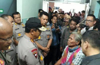 Kapolda Sumut Irjen Pol. Agus Andrianto menemui pasien yang mengikuti pengobatan gratis di RS Bhayangkara. (Ist)