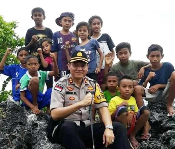 Kapolres Rote Ndao AKBP Bambang Hari Wibowo bersama anak-anak Pulau Rote, NTT. (Ist)