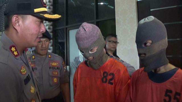 Dua pelaku saat diintrogasi Kapolres Probolinggo, AKBP Eddwi Kurniyanto.(foto: dic)