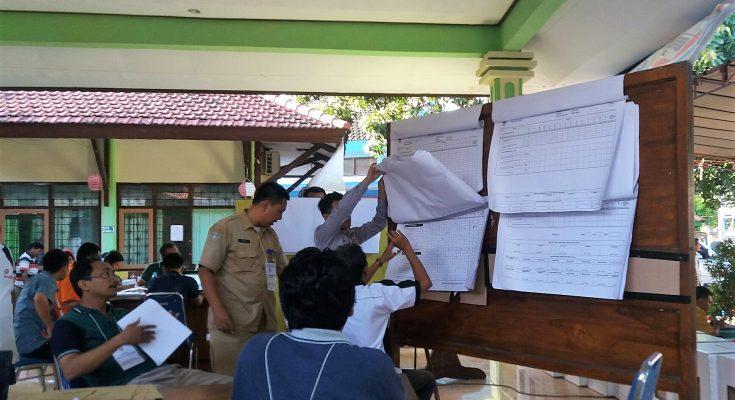 Situasi penghitungan hasil suara pemilu ditingkat PPK di Kabupaten Situbondo. (foto:fat)