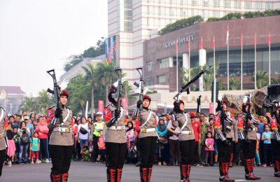 Polisi Wanita (Polwan) TPT (Traffic Police Tactical) Direktorat Lalu Lintas Polda Metro Jaya memamerkan atraksi kolone senjata pada car free day (CFD) di kawasan MH Thamrin, Jakarta Pusat pada Minggu (28/4/2019).