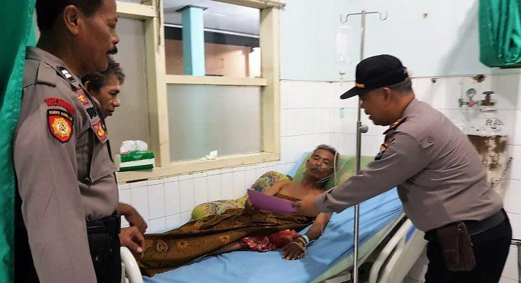 Kapolsek Kota Iptu Efendi, saat memberikan santunan kepada anggota Linmas, yang sedang dirawat di Rumah Sakit Situbondo. (foto:fat)