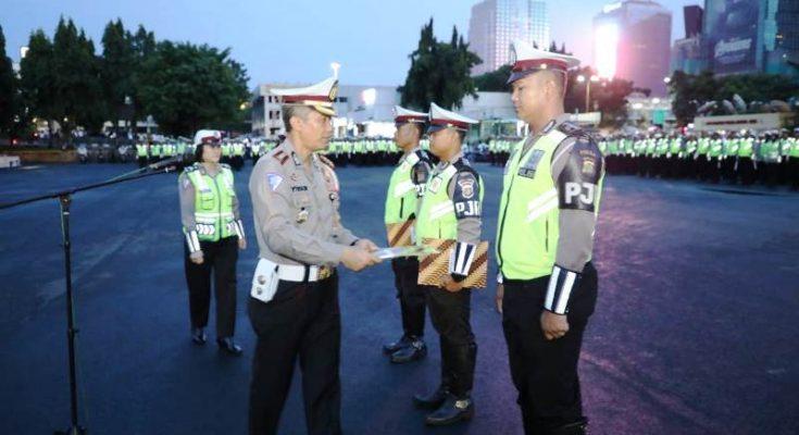 Dirlantas Polda Metro Jaya Kombes Yusuf memberikan Penghargaan kepada tiga anggota Sat PJR yang berhasil menangkap pelaku pembunuhan dengan cara memutilasi. (ist)