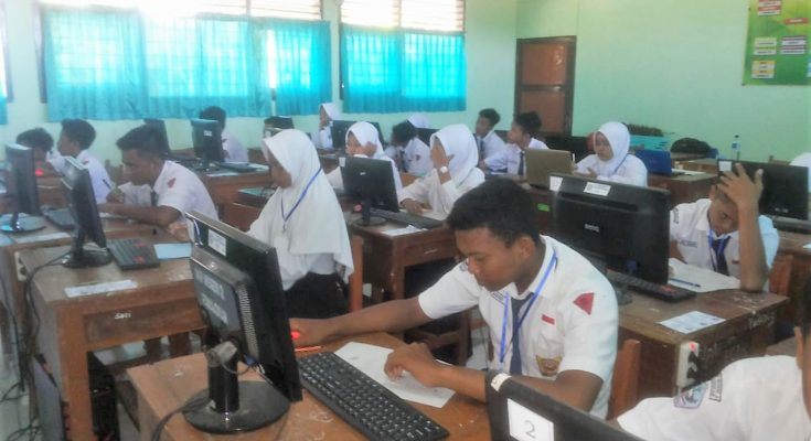 Pelaksanaan Ujian Nasional Berbasis Komputer (UNBK) di di SMP Negeri 2 Panarukan, Situbondo,  Jawa Timur, Selasa (23/4/2019). (foto/fat)