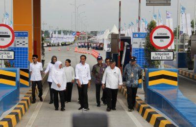 Presiden RI Joko Widodo, bersama Menteri dan pejabat daerah saat meresmikan tol Paspro.(foto: dic)