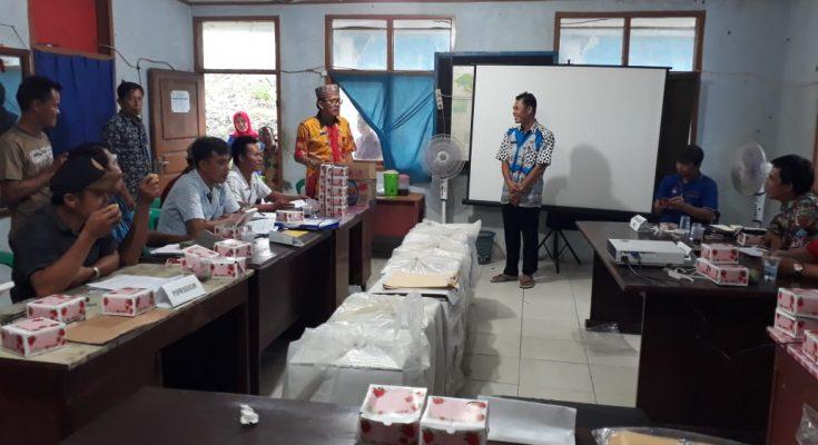 Bupati Pesbar Agus Istiqlal menyumbang nasi bungkus dan makanan ringan bagi penyelenggara pemilu yang sedang melakukan tahap penghitungan. (foto: hms-pesbar)