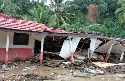 SDN 1 Tanjung Sakti di Desa Pekon Tanjung Sakti,Kecamatan Lemong, Kabupaten Pesisir Barat rusak akibat terjadinya bencana tanah longsor pada Jumat (26/4) malam. (foto;Gus)