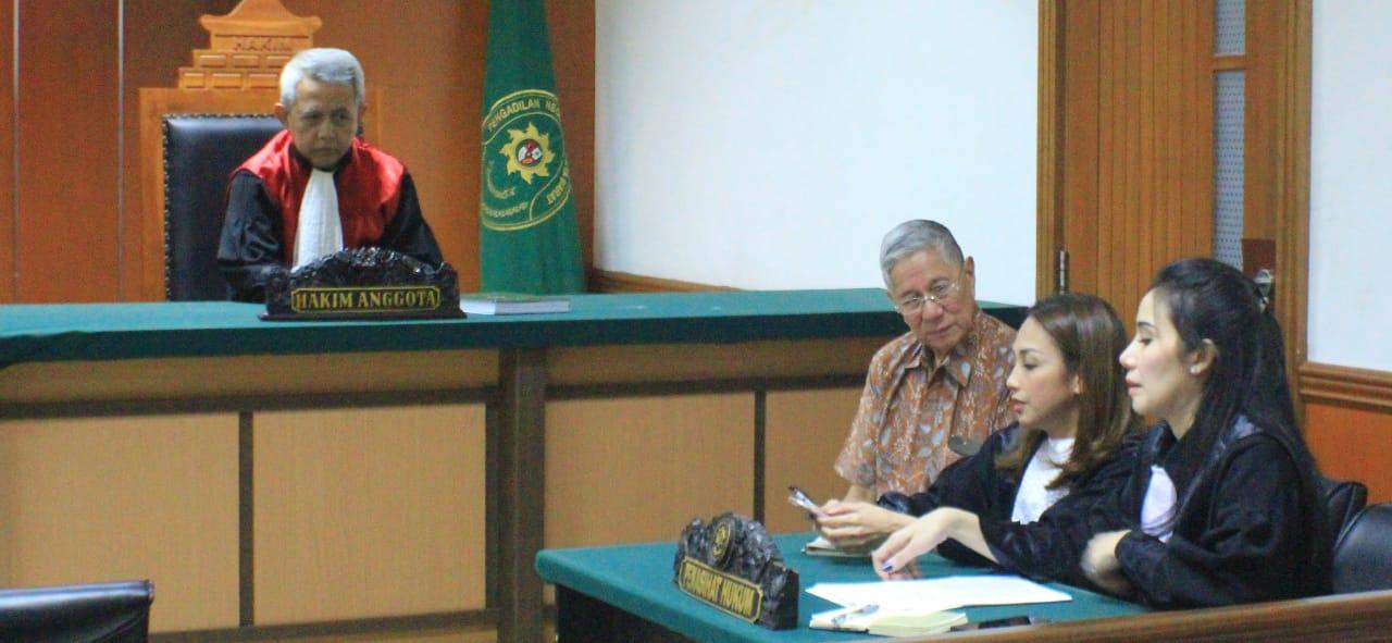 Terdakwa Muljono Tedjokusumo saat berkonsultasi dengan pengacara. (foto:ist)