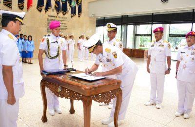 Kepala Staf Angkatan Laut (Kasal) Laksamana TNI Siwi Sukma Adji, S.E., M.M.,  saat memimpin serah terima dua jabatan di lingkungan Mabesal, Cilangkap, jakarta Timur (4/4).