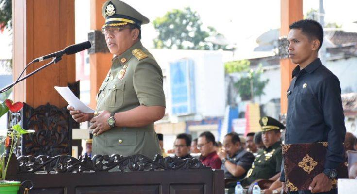 Bupati Situbondo Dadang Wigiarto saat menjadi inspektur upacara (Irup) di Alun-alun Kota Situbondo, Jawa Timur, kamis (4/4/2019)  (Foto/Fat)