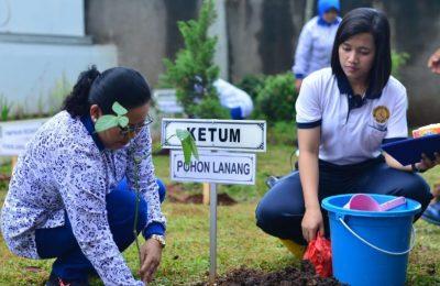 Ketua Umum (Ketum) Jalasenastri Ny. Manik Siwi Sukma Adji menanam pohon di lingkungan Kantor PP Jalasenastri.