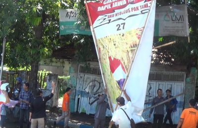 Badan Pengawas Pemilu (Bawaslu) Kabupaten Situbondo,  mulai mencopot alat peraga kampanye (APK) yang masih terpasang. (Foto/Fat).