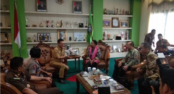 Menteri Yohana Yembise datang langsung ke Pontianak yang diterima Wali Kota Pontianak, Edi Rusdi Kamtono di Kantor Wali Kota, Senin (15/4). (Foto/das).