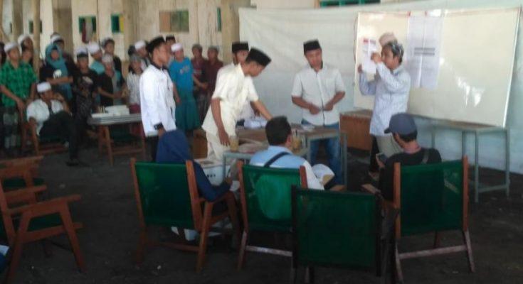 Pemungutan Suara di TPS Ponpes Walisongo, Kelurahan Mimbaan, Kecamatan Panji, Situbondo, Rabu (17/4/2019) (foto/fat).