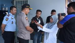 Kapolres Situbondo AKBP Awan Hariono memantau langsung pelaksanaan pemungutan suara di Rumah Tahanan (Rutan) kelas IIB Situbondo. (foto/fat)