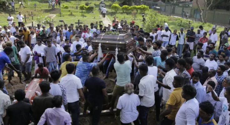 Warga Sri Lanka menguburkan  para korban yang terbunuh dalam pemboman hari Minggu Paskah di Kolombo. (foto. Istimewa).