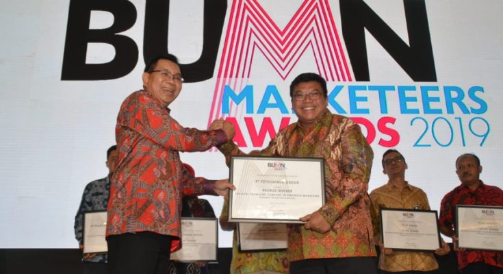 Direktur Pemasaran PG Meinu Sadariyo saat menerima penghargaan. (foto/didik hendri)