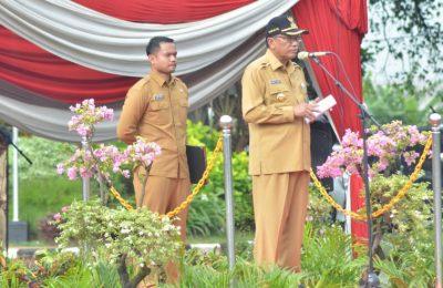Bupati Gresik Sambari Halim Radianto didampingi Ajudan Brigadir Atwil Waseso saat memimpin upacara. (foto/didik hendri)