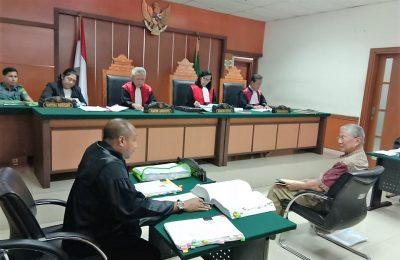 Terdakwa Muldjono saat mendengarkan pertanyaan yang dilontarkan Jaksa Penuntut Umum Okta dakam sidang lanjutan pemalsuan surat tanah di PN Jakarta Barat. (foto:ist)