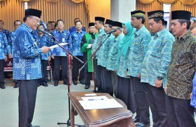 Bupati Sambari saat melantik puluhan anggota BPD Gresik. (Foto: dik)
