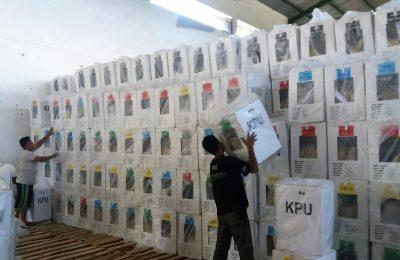 Petugas PPK menyusun kotak suara di kantor PPK Kecamatan Situbondo. (foto:fat)