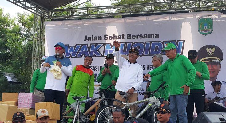 Bupati Pasuruan, Irsyad Yusuf, saat di panggung usai jalan sehat di lapangan A Yani, Kecamatan Grati, Sabtu (13/4/2019) pagi. (Foto : abd)