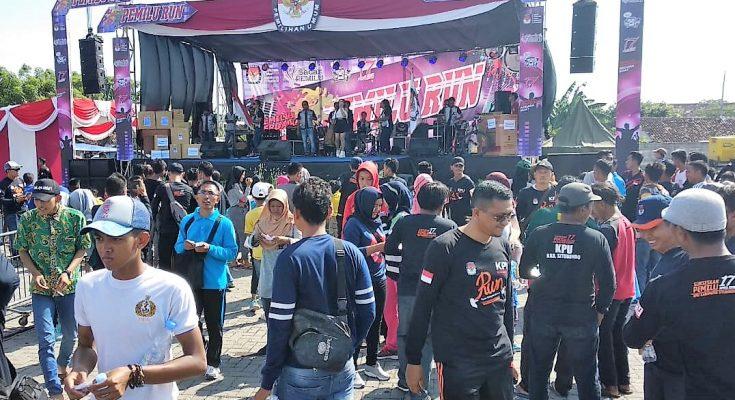 KPU Kabupaten Situbondo melakukan sosialisasi Pemilu run dengan menggelar konser musik dangdut di Dermaga Pelabuhan Panarukan, Situbondo. (foto:fat)
