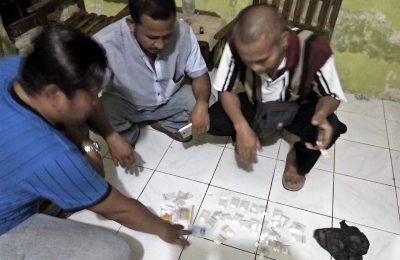 Barang bukti pil trex yang di situ petugas dari seorang nenek di Situbondo. (foto:fat)