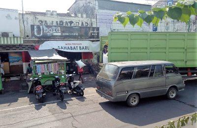 "Toko ""Sahabat Baru""   di Jalan Irian Jaya, Kelurahan Dawuhan, Kecamatan Kota, Kabupaten Situbondo, Jawa Timur dibobol maling. (foto:fat)"