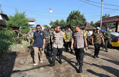 Wakapolda Jawa Timur Brigjen Pol Toni Hermanto,  Jumat (26/4/2019)  meninjau langsung gudang  dan Kantor KPU Kabupaten Situbondo. (foto:fat)