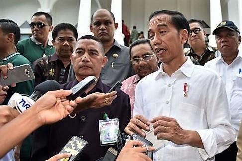 Presiden Jokowi hanya tersenyum saat ditanya wartawan soal adanya ancaman