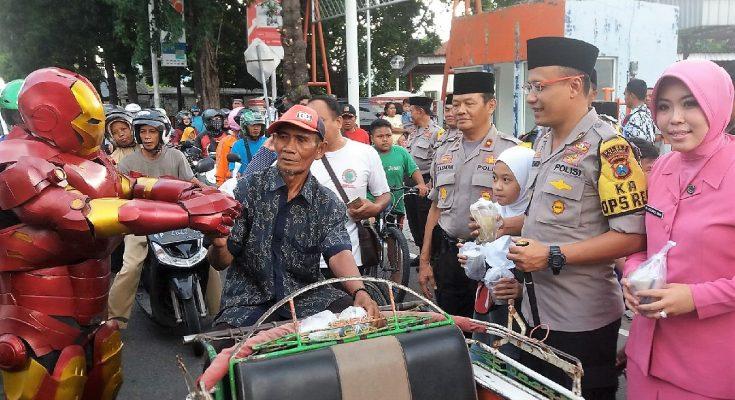 Kapolres AKBP Awan Hariono, didampingi istri mebagikan takjil kepada warga. (foto:fat)