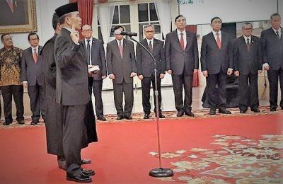 Presiden Jokowi melantik Hinsa Siburian sebagai Kepala Badan Siber dan Sandi Negara (BSSN). Letjen purnawirawan TNI AD itu memiliki riwayat karir sebagai perwira penanggulangan teror (Gultor) Sat-81 Kopassus.