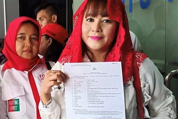Dewi Tanjung tetap tersenyum usai melapor di Mapolda Metro Jaya