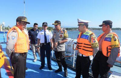 Kapolres Situbondo, AKBP Awan Hariono mengecek kesiapan dan kelaikan kapal feri di pelabuhan penyeberangan  Jangkar, Situbondo. (foto:fat)
