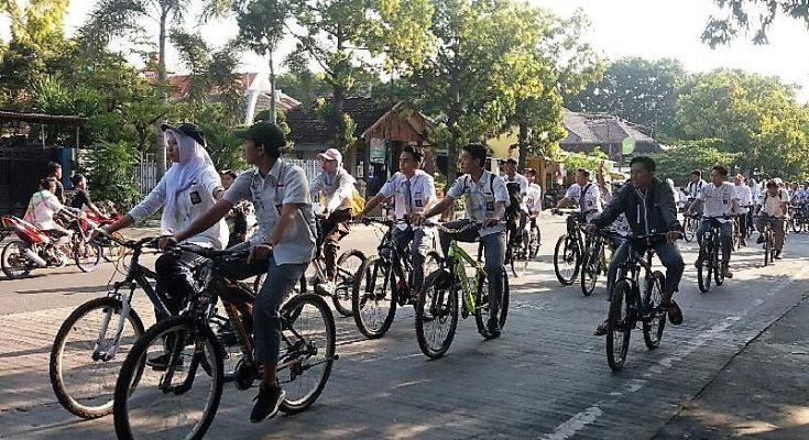 Siswa SMA Situbondo merayakan kelulusan dengan konvoi menggunakan sepeda onthel. (foto:fat)