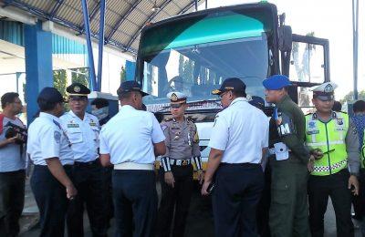 Kasatlantas AKP Hendrix K Wardhana, dan Kepala Dishub Tulus Priatmadji, saat melakukan sidak dan cek kendaraan umum di terminal Kota Situbondo. (foto:fat)