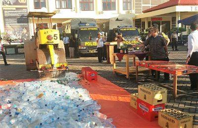 Polres Situbondo musnahkan ratusan botol miras di halaman Mapolres. (foto:fat)