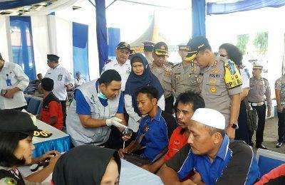 puluhan sopir angkutan lebaran   di terminal Kota Situbondo, menjalani tes kesehatan dan tes urine. (foto:fat)