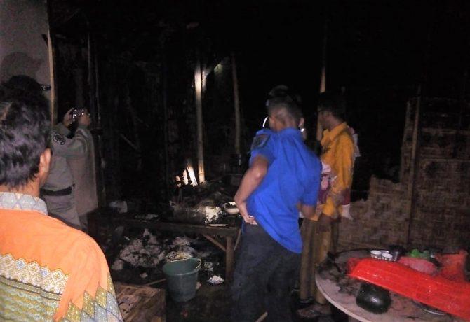 Petugas pemadam kebakaran memeriksa kondisi rumah yang terbakar. (foto:fat)