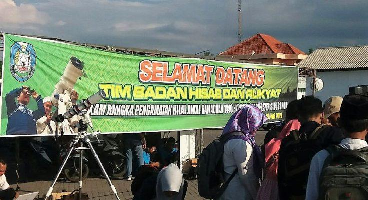 Badan Hisab dan Rukyat (BHR) memantau Hilal di Pelabuhan Kalbut, Desa Tanjung Pecinan, Kecamatan Mangaran, Kabupaten Situbondo, Jawa Timur, Minggu (5/5/2019).. (foto:fat)