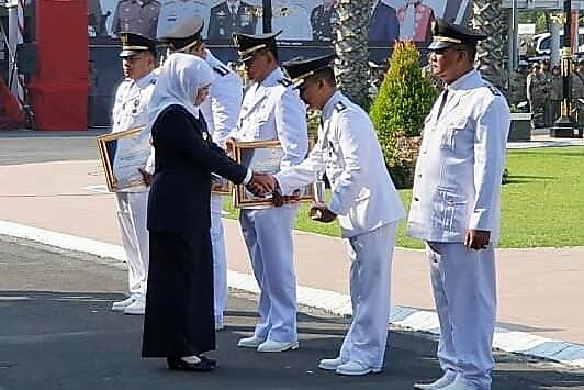 Gubernur Jatim Khofifah saat menyerahkan piagam penghargaan kepada Camat Banyugulur, Situbondo. (foto:fat)