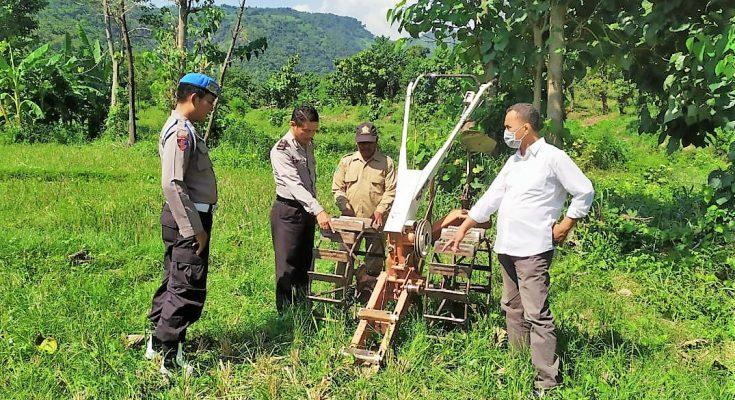 Polisi tengah memeriksa traktor petani yang mesinnya dicuri. (foto:fat)