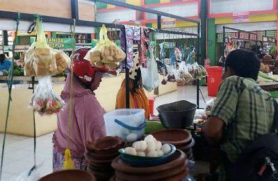 Harga sembako di sejumlah Pasar tradisional Situbondo jelang bulan puasa  mulai merangkak naik.  (foto:fat)