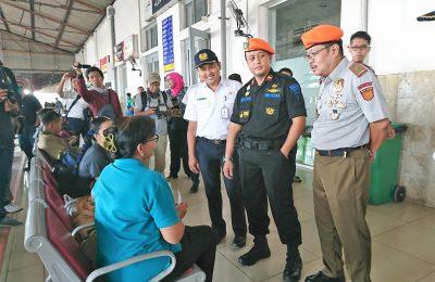 Vice President Daop 7 Madiun Wisnu Pramudyo  saat berbincag dengan calon penumpang kereta. (foto:hap)