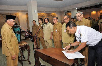 Bupati Gresik Sambari Halim Radianto saat melantik pejabat baru. (foto:dik)