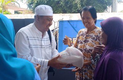 Ketua BPC Gapensi Situbondo, saat membagikan paket sembako kepada para kaum dhuafa.