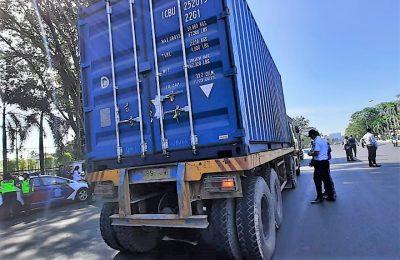Petugas Dishub tengah memeriksa kendaraan truk kontainer di jalan raya Pontianak. (foto:das)