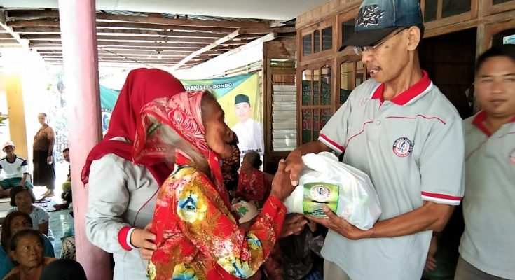 Ratusan janda miskin lanjut usia (Lansia) yang tersebar pada sejumlah desa di Kecamatan Jangkar, Kabupaten Situbondo, mendapat bantuan sembako. (foto:fat)